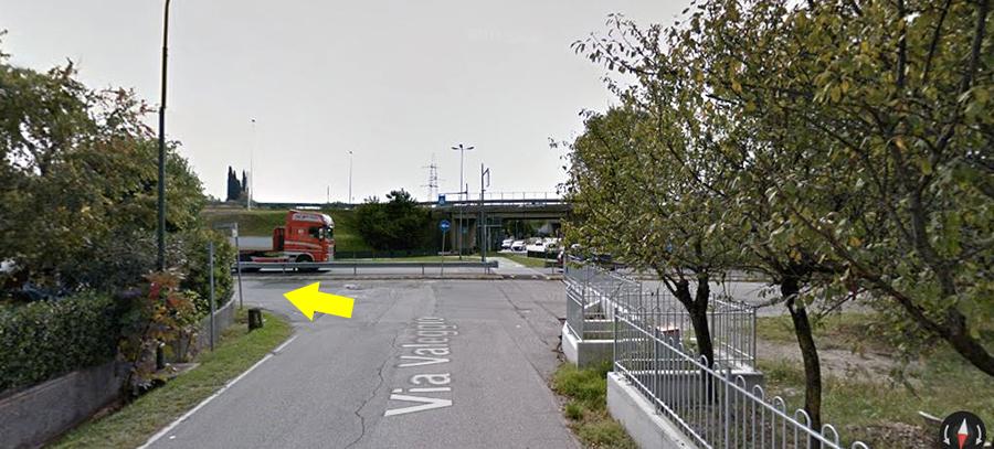 Noterai delle strutture militari a sinistra e a destra, ma la strada ...