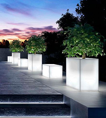 Kube fioriera light in resina kube panca light in resina for Vasi da esterno moderni